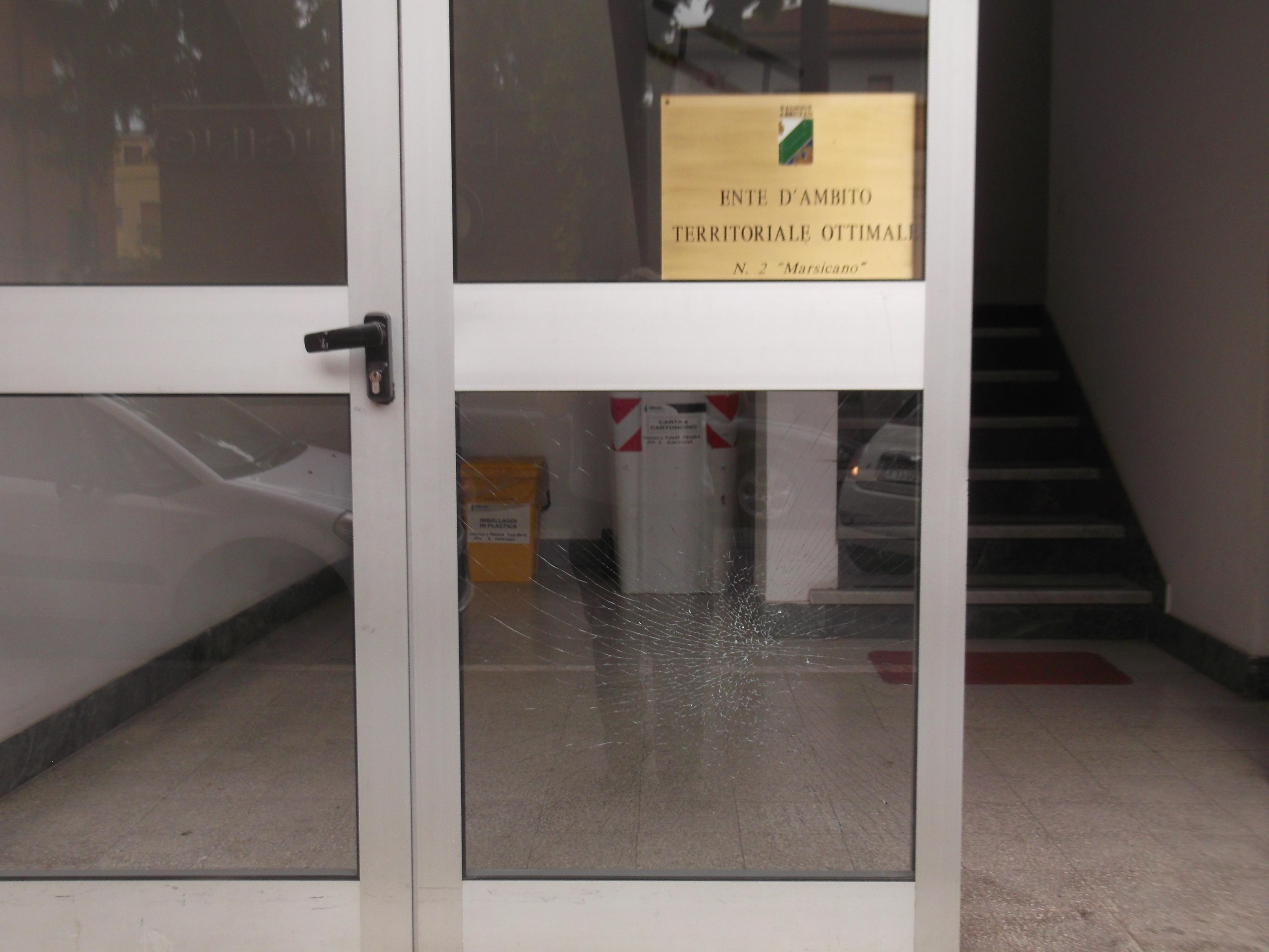 vetrata danneggiata ingresso ente d'ambito 2