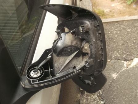 specchio retrovisore auto parcheggiata via Marruvio